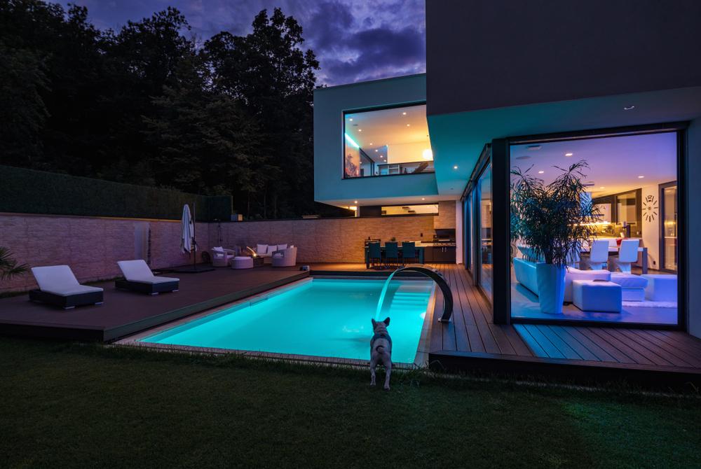 Badespaß zu Hause: Ein Haus mit Pool ist deutlich mehr wert